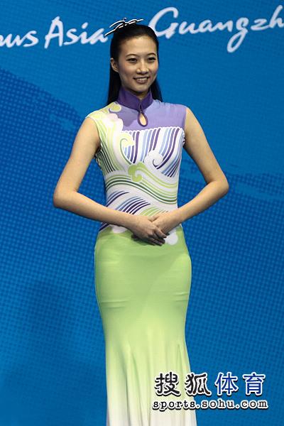 图文:乒乓球女单颁奖仪式举行 靓丽的礼仪小姐