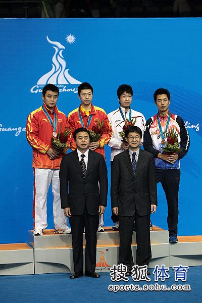 图文:乒球男单颁奖仪式举行 与颁奖嘉宾合影