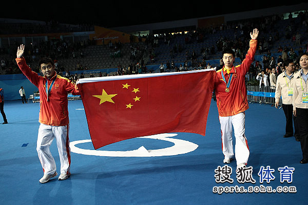 图文:乒球男单颁奖仪式举行 两人向观众致意