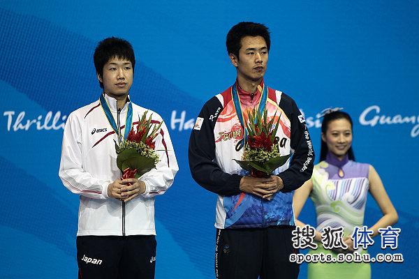 图文:乒球男单颁奖仪式举行 朱世赫与水谷隼