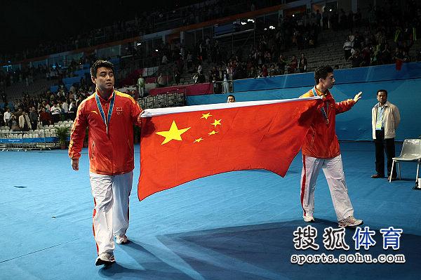 图文:乒球男单颁奖仪式举行 手拿国旗庆祝