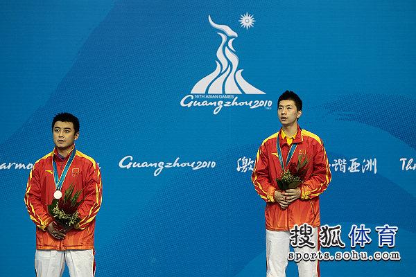 图文:乒球男单颁奖仪式举行 马龙与王皓