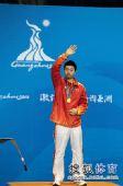 图文:乒球男单颁奖仪式举行 马龙向观众致意