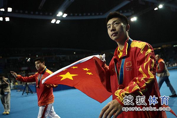 图文:乒球男单颁奖仪式举行 马龙神情坚定