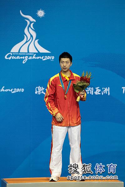 图文:乒球男单颁奖仪式举行 马龙站上最高处