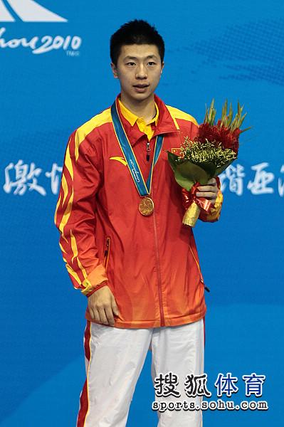 图文:乒球男单颁奖仪式举行 马龙终获冠军