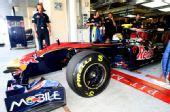 图文:F1车队测试倍耐力轮胎 阿古尔驶出维修间