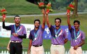 图文:高尔夫男团颁奖仪式 印度队队员在领奖台