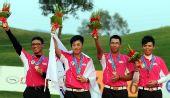 图文:高尔夫男团颁奖 中华台北队队员在领奖台