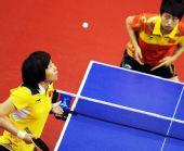 图文:亚运乒球女子单打 李晓霞比赛中发球