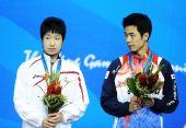图文:亚运乒球男子单打颁奖仪式 在领奖台上