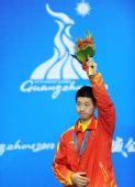 图文:乒球男子单打颁奖仪式 马龙在领奖台上