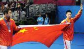 图文:乒球男子单打颁奖仪式 向观众致意