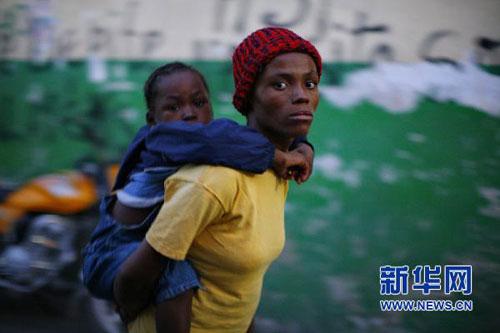 11月19日,在海地首都太子港,一名女子带着染上霍乱的孩子来到无国界医生组织设立的医疗点接受治疗。海地最近暴发霍乱疫情,目前全国10个省中已有6个发现霍乱病例,近千人死亡。霍乱引发示威活动,并蔓延至首都太子港。联合国近日发起1.6亿美元的募捐倡议,呼吁国际社会帮助海地控制霍乱疫情。新华社发