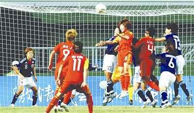 双方球员在日本队门前争顶。