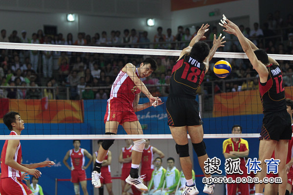 图文:中国男排0-3惨败日本 网上攻防