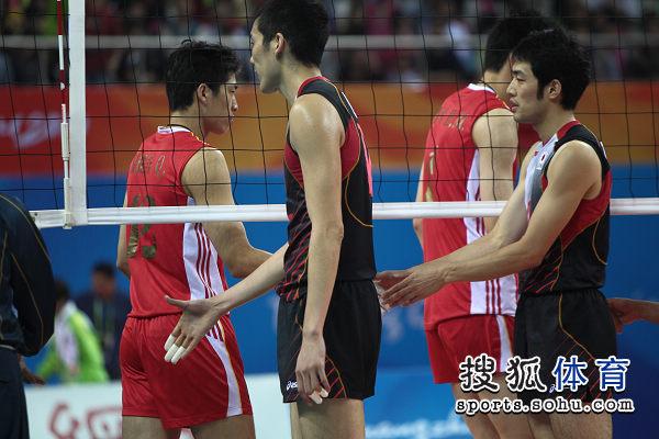 图文:中国男排0-3惨败日本 赛后双方击掌致意