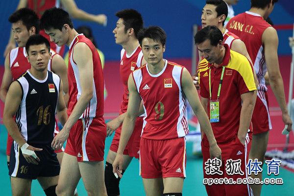 图文:中国男排0-3惨败日本 难掩失望神情