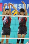 图文:中国男排首度无缘亚运四强 队员拦网