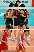 图文:中国男排首度无缘亚运四强 拥抱庆祝胜利