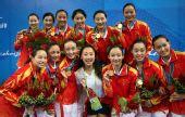 图文:花样游泳中国队获组合冠军 与教练合影