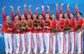 图文:花样游泳中国获组合冠军 向观众挥手致意