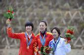 图文:女子双多向飞碟颁奖仪式 前三名合影