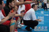 图文:男篮第4轮中国76-66韩国 邓华德蹲在场边