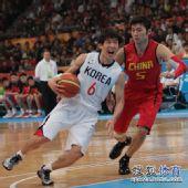 图文:男篮第4轮中国76-66韩国 韩国队强行突破