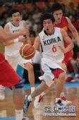 图文:男篮第四轮中国76-66韩国 韩国队员突破