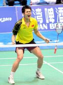 图文:林丹首夺亚运男单金牌 扔掉球拍激情狂吼