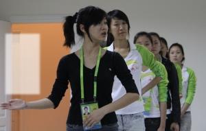 """重庆女孩打造美丽亚运 广州亚运会颁奖礼仪小姐,是公认的亚运最美风景线。300多名亚运礼仪小姐背后的20多名礼仪主管,则是""""美丽工程""""背后的保驾护航者。 她是华南理工大学的二年级研究生,她是所有广州亚运礼仪主管中为数不多的学生妹,她离开家乡到广州打拼6年,她是礼仪小姐们心目中""""最漂亮的老师""""和""""最贴心的姐姐"""",她是爱说爱笑的爽直辣妹子,她是重庆女孩"""