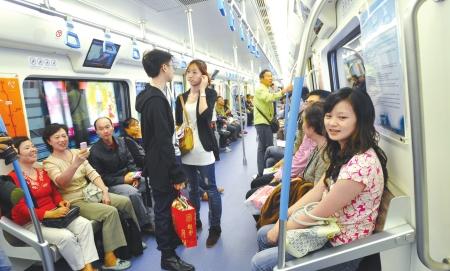 """成都地铁加热不锈钢坐椅 让乘客不坐""""冷板凳"""""""