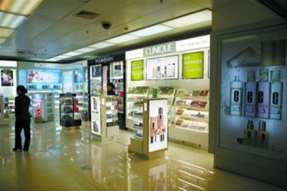 □在机场免税店淘宝,不少商品比在国外买更便宜。