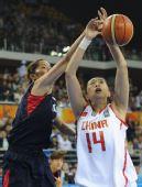 图文:亚运女篮预赛中国胜韩国 刘丹被对手封盖