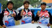 图文:韩国队获射箭男团冠军 面对镜头展示金牌