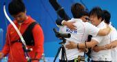 图文:韩国队获射箭男团冠军 开心地拥抱庆祝