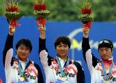 图文:射箭男子团体颁奖仪式举行 冠军高举鲜花