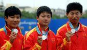 图文:射箭男子团体颁奖仪式举行 中国展示银牌
