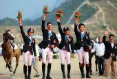 图文:马术场地障碍团体赛颁奖 香港队获得季军