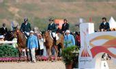 图文:马术场地障碍团体赛颁奖 沙特队骑马入场