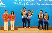 图文:围棋男女混双赛颁奖仪式 前三名在领奖台