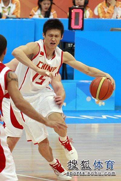 图文:中国男篮大胜约旦晋级 周鹏艰难运球