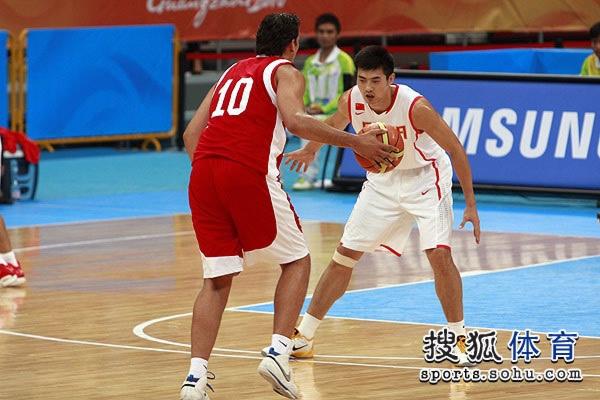 图文:中国男篮大胜约旦晋级 场上PK