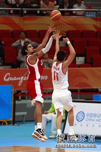 图文:中国男篮大胜约旦晋级 对手出手投篮