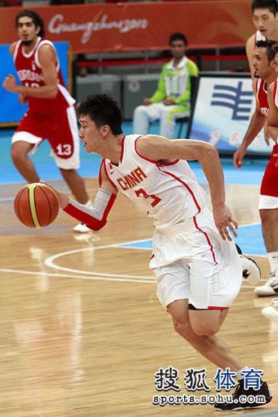 图文:中国男篮大胜约旦晋级 带球快速反击