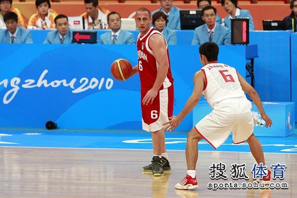图文:中国男篮大胜约旦晋级 张庆鹏全力防守
