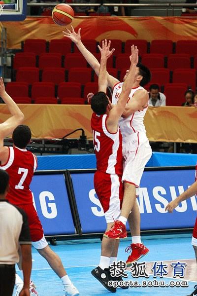 图文:中国男篮大胜约旦晋级 强打篮下