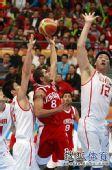 图文:中国男篮大胜约旦晋级 篮下二防一