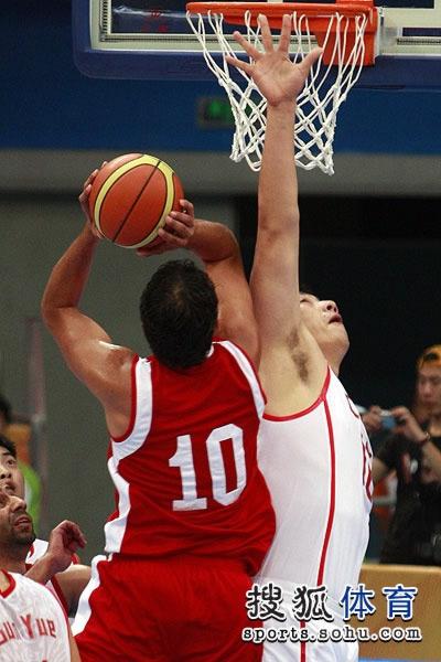 图文:中国男篮大胜约旦晋级 篮下激烈对抗